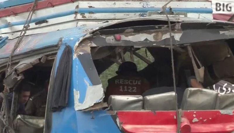 В Пакистане пассажирский автобус упал с моста, погибли как минимум 24 человек
