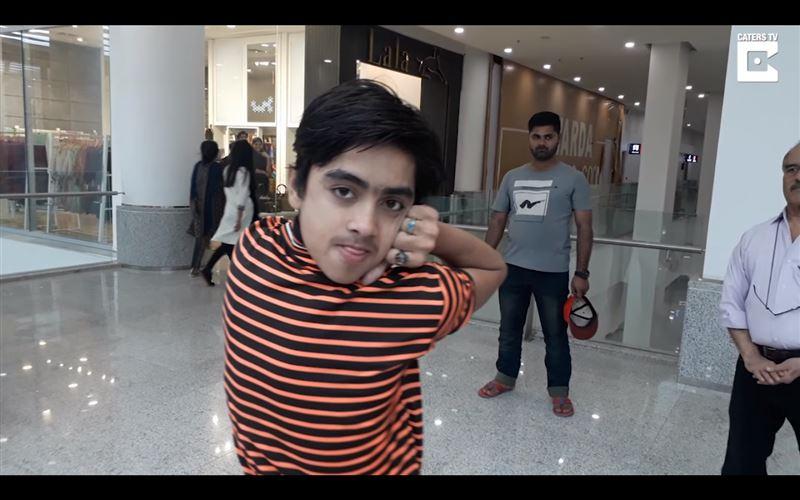 ВИДЕО: «мальчик-сова» из Пакистана поворачивает голову на 180 градусов