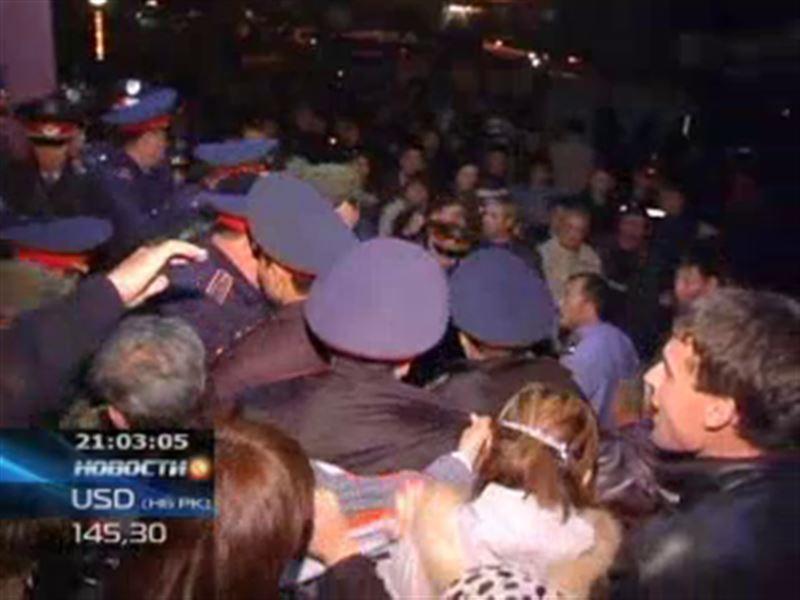 В Кокшетау вкладчики штурмовали офис микрокредитной организации и не выпускали оттуда полицейских