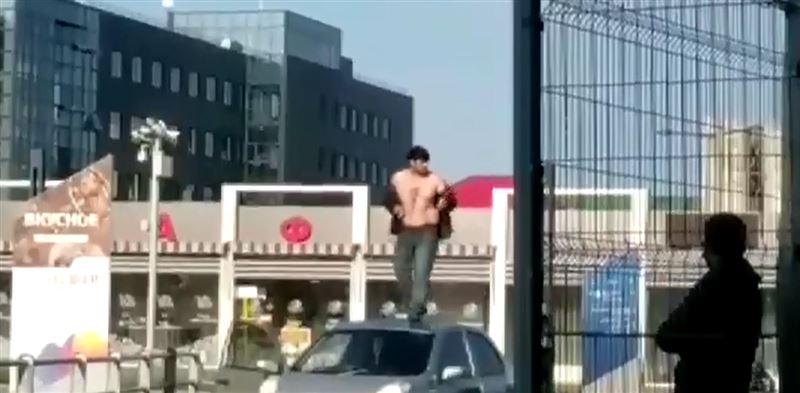 Пьяный мужчина залез на крышу авто и угрожал самосожжением