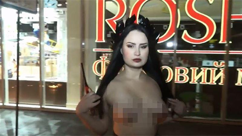 (ВИДЕО 18+): полуголая активистка FEMEN подожгла «трамвай Порошенко»