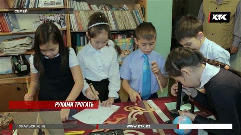 Школьные принадлежности двухсотлетней давности показали в Семее