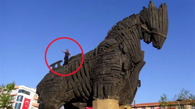 Турист умер, упав с Троянского коня в Турции