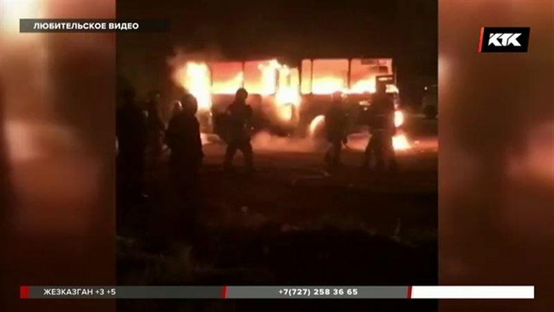 Дотла сгорел автобус на трассе Караганда – Темиртау