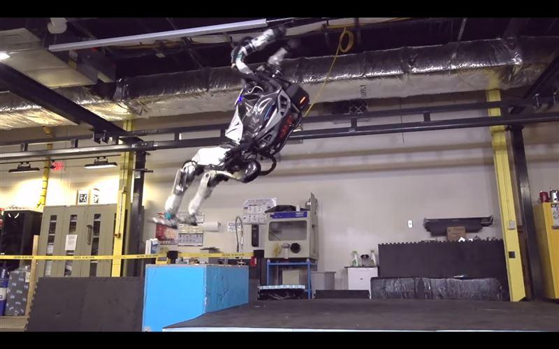 ВИДЕО: человекоподобный робот делает сальто назад