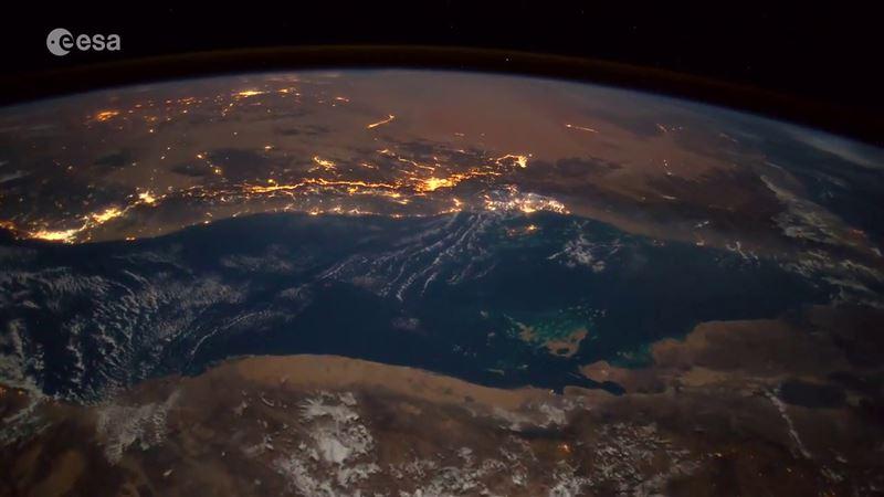С борта МКС на видео сняли падение метеорита на Землю