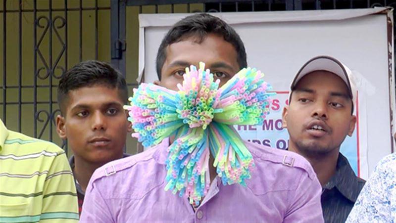 Рекорд Гиннеса: Индиец засунул себе в рот 459 пластиковых соломинок