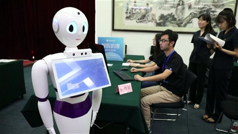 В Китае робот впервые сдал экзамен на врача, он получит диплом и практику