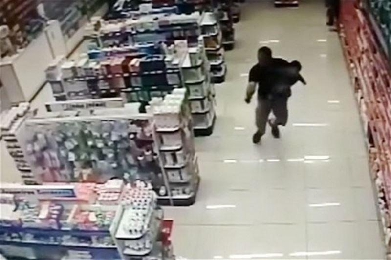 Бразильский полицейский застрелил грабителей, держа маленького сына на руках