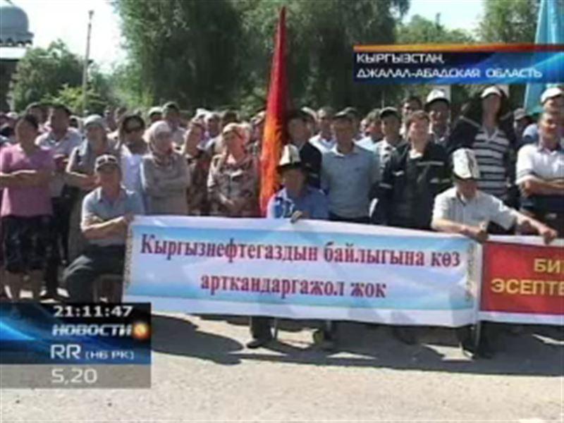 В Кыргызстане сотни рабочих перекрыли трассу Ош - Бишкек