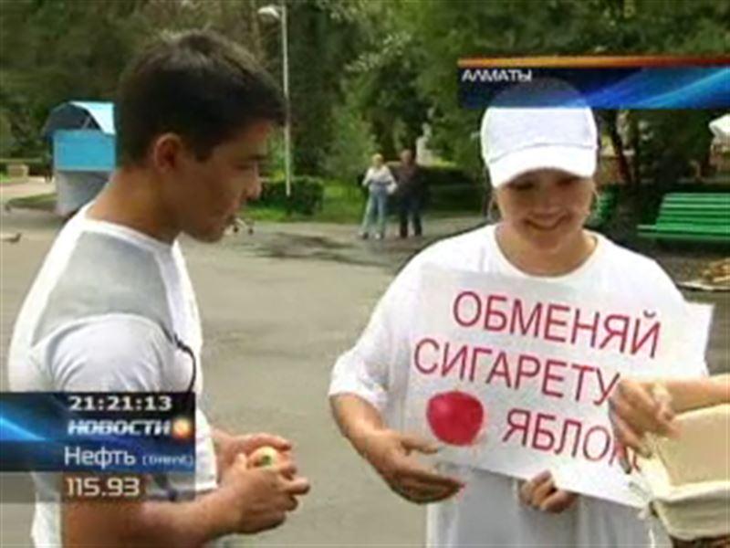 Во Всемирный день отказа от табака казахстанских курильщиков накормили фруктами