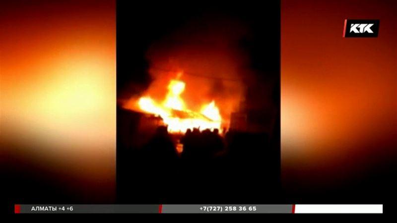 Торговые павильоны и товар сгорели дотла в Сарыагаше