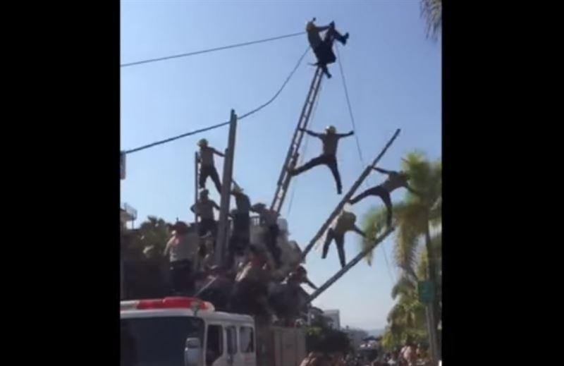 Живая пирамида из пожарных рухнула во время парада