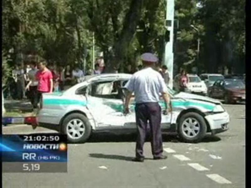 В Алматы автобус врезался в автомобиль дорожной полиции