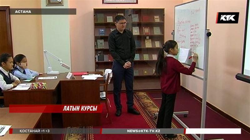 Астанада латын әліпбиін үйрететін орталыққа оқушылардан бастап зейнеткерлерге дейін келіп жатыр
