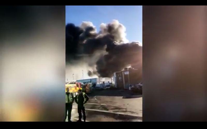 Огонь охватил крупное промышленное предприятие на севере Лондона