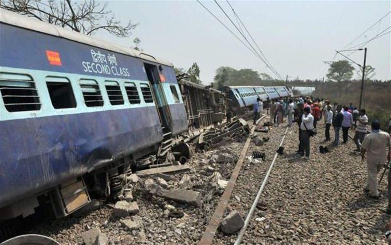 В Индии поезд сошел с рельсов, погибли люди