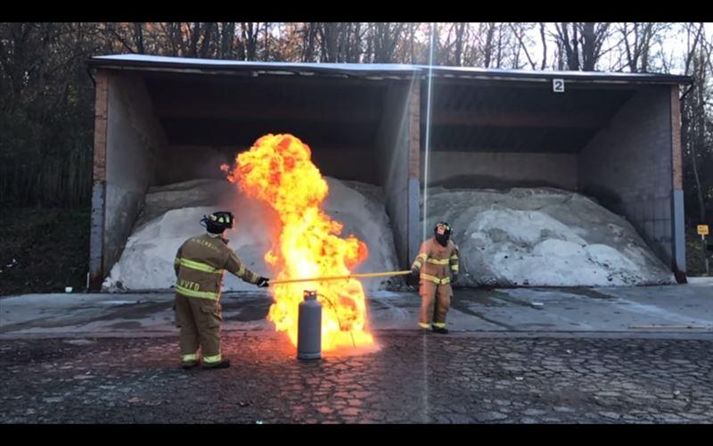 В Сети набирает популярность ролик о приготовлении пожарными замороженной индейки во фритюре