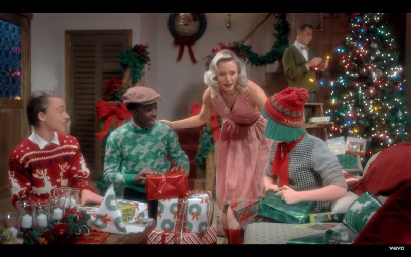 Интернет-хитом стала рождественская песня исполнительницы Sia