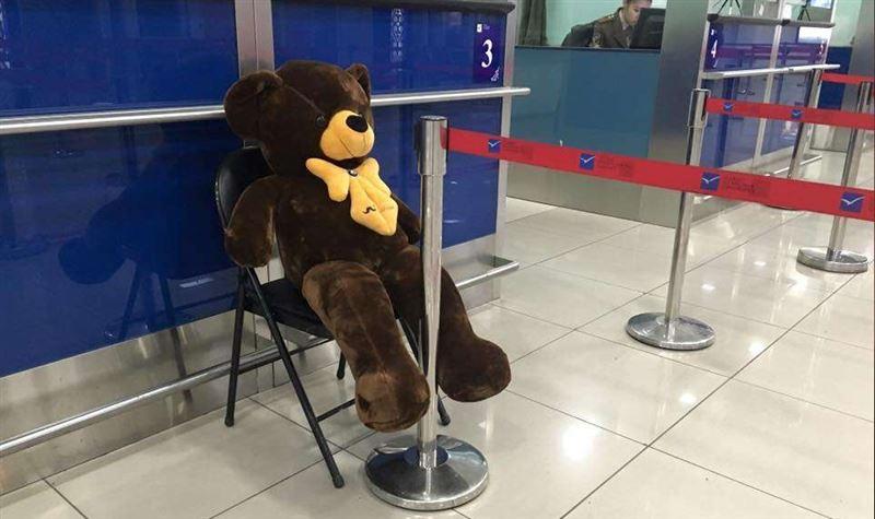 В Кыргызстане сотрудники аэропорта работают с плюшевыми медведями