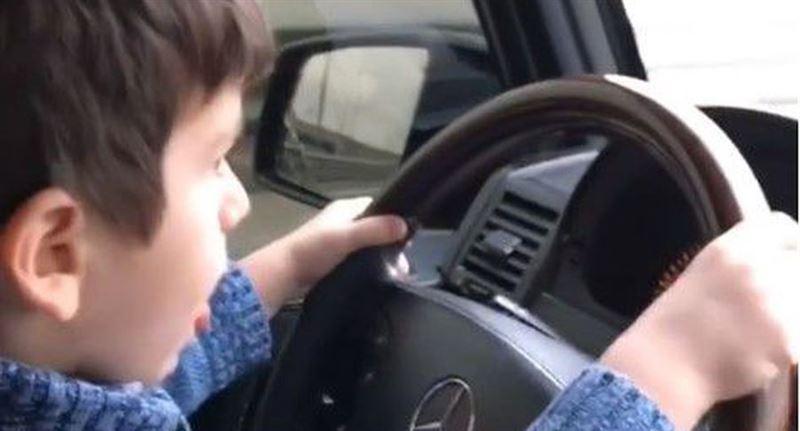 Очевидцы засняли на МКАД ребенка за рулем Gelandewagen