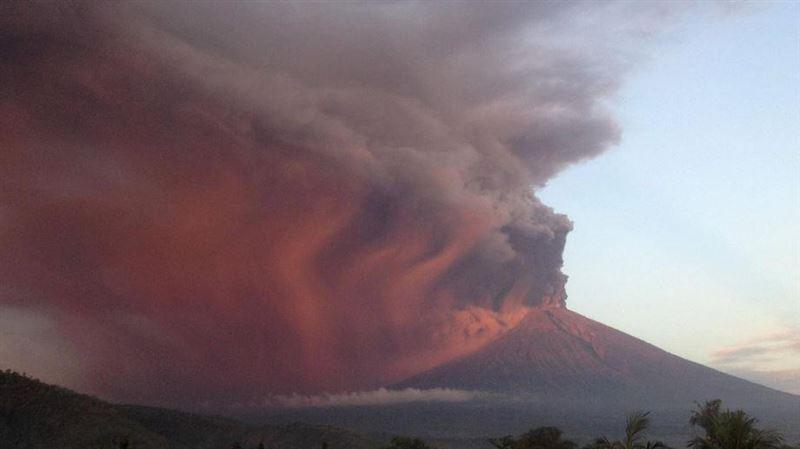 На Бали из-за извержения вулкана отменили авиарейсы