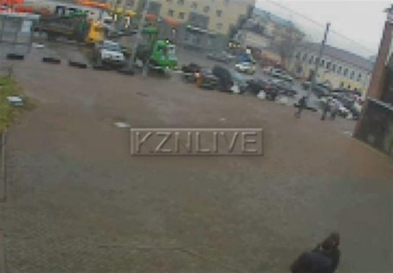 Момент смерти мужчины, пытавшегося догнать эвакуатор, попал на камеры