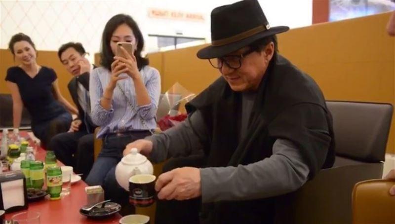 Джеки Чан угощает кофе Ерлана Карина