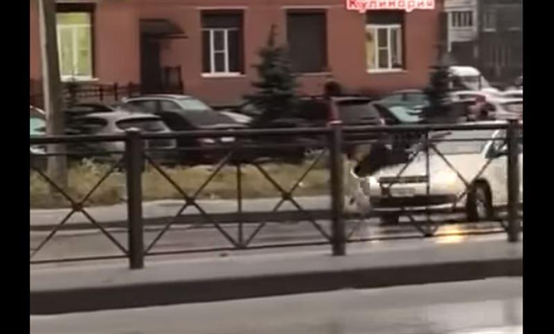 В Ленобласти на глазах у ребенка таксист избил девушку и едва не задавил мужчину