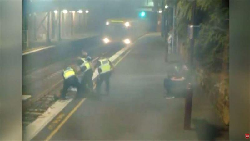 ВИДЕО: за секунду до прибытия поезда девушку вытащили с путей