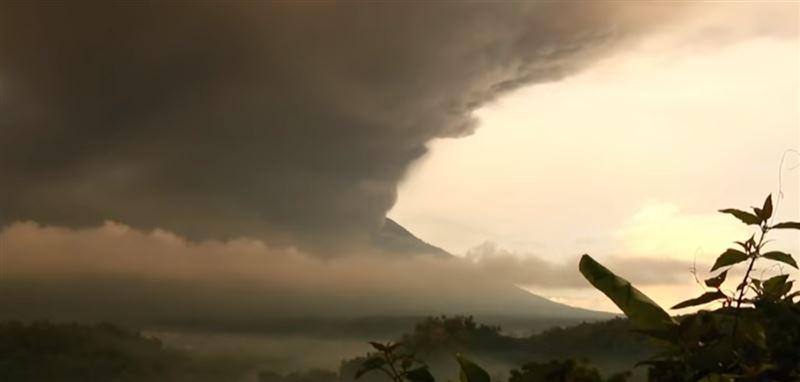 ВИДЕО: на Бали начал извергаться священный вулкан Агунг