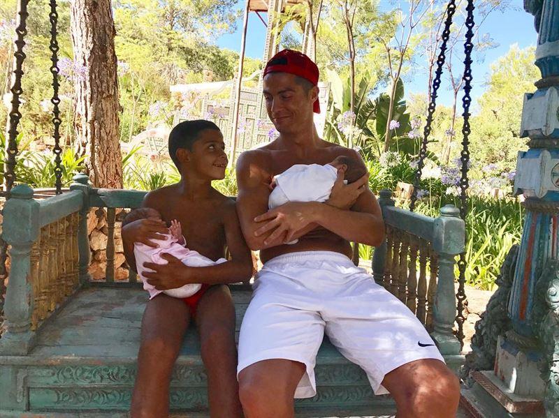 Криштиану Роналду опубликовал первые фото вместе со своей новорожденной дочерью Аланой Мартиной