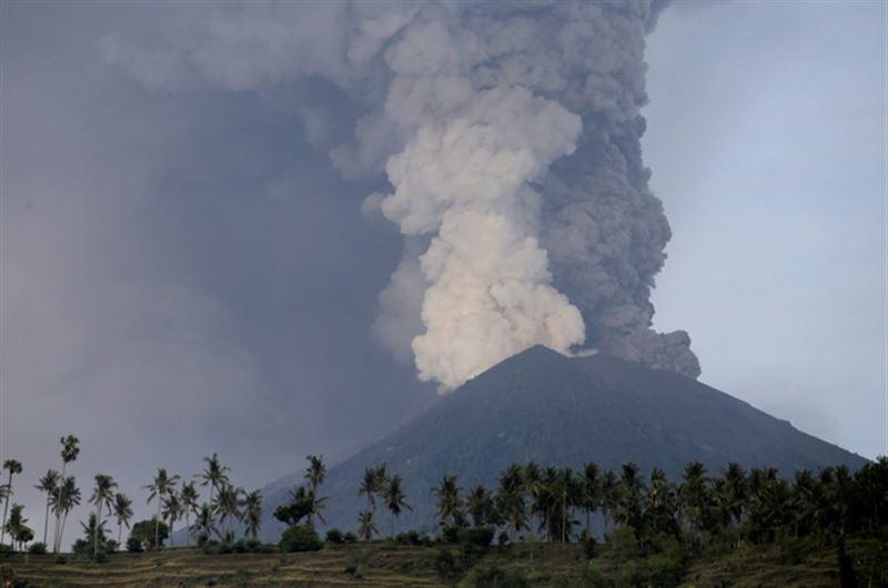 Аэропорт за Бали возобновил работу, несмотря на извергающийся вулкан