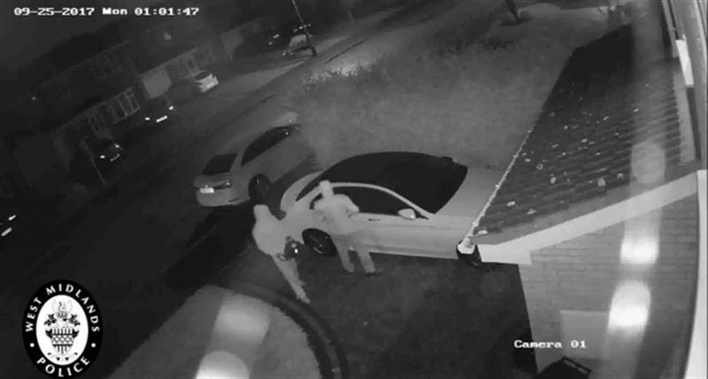 ВИДЕО: В Великобритании Mercedes угнали менее чем за минуту