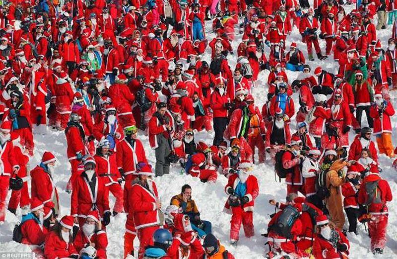 ФОТО: В Альпах сотни людей в костюмах Санта-Клауса устроили массовый лыжный заезд