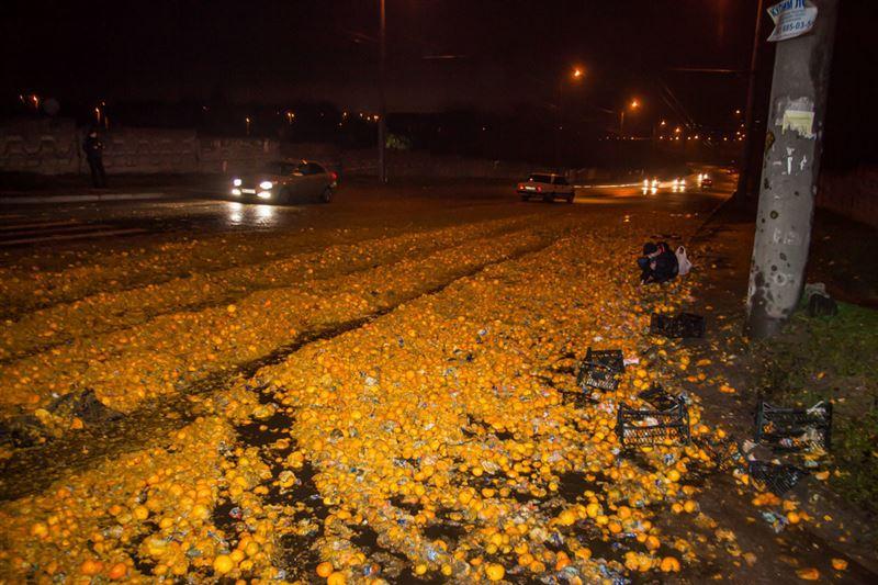 ФОТО: на трассе в Днепре рассыпались мандарины