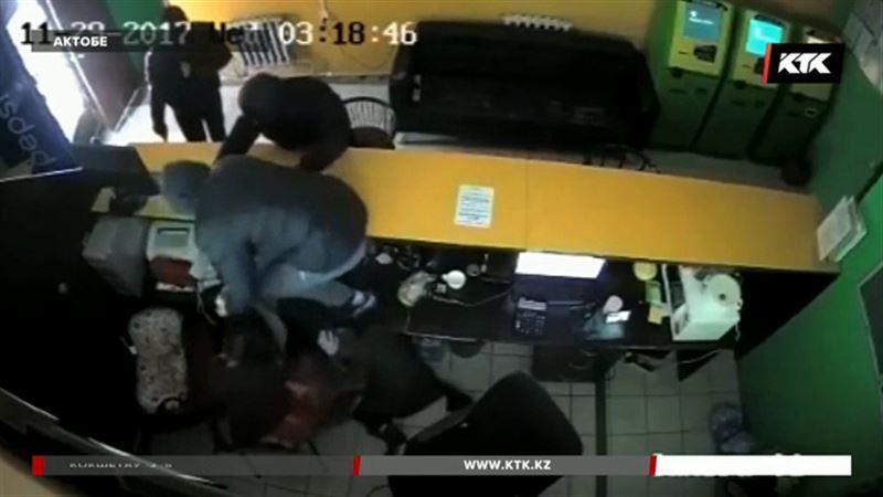 Охранник сбежал, оставив девушек-кассиров наедине с грабителями