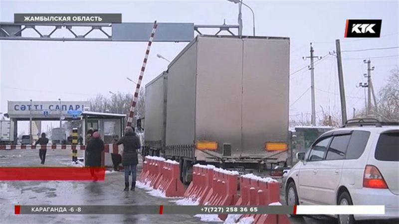 «Минут пять и прошел»: что происходит на границе с Кыргызстаном после встречи Назарбаева и Жээнбекова