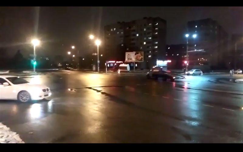 ВИДЕО (18+): голый мужчина бросался под колеса автомобилей