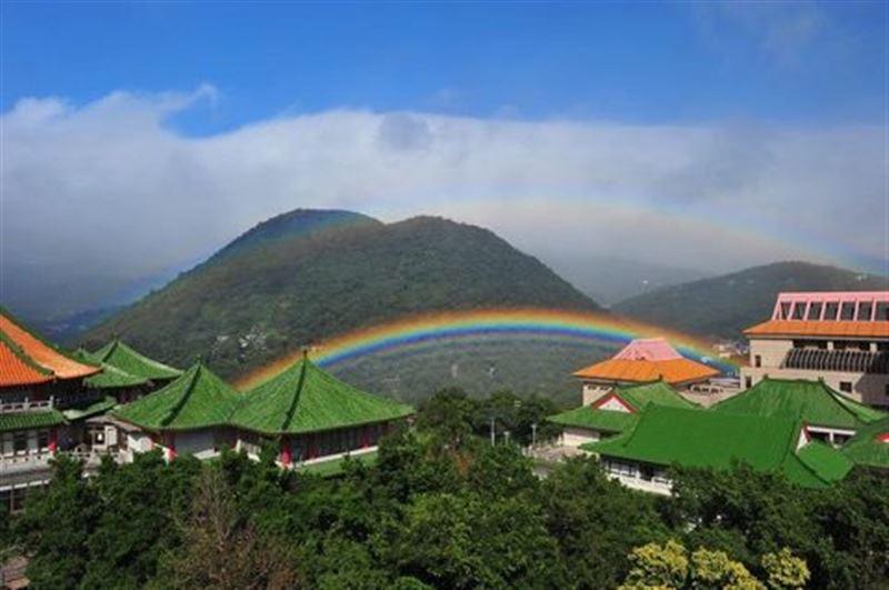 ВИДЕО: почти 9 часов в небе наблюдалась 4-кратная радуга на Тайване