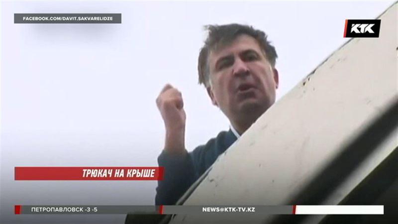 Михаил Саакашвили митинговал на крыше и грозил спрыгнуть с 8 этажа