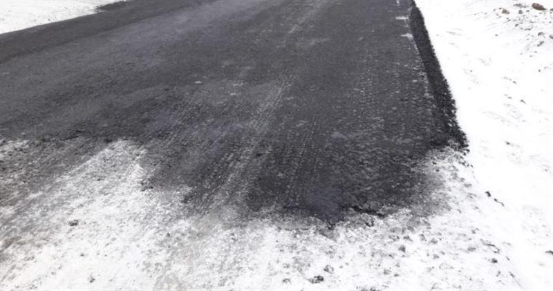 Несмотря на снегопад, в Уральске кладут асфальт