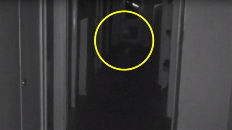 ВИДЕО: призрак ребенка заметили в заброшенном особняке