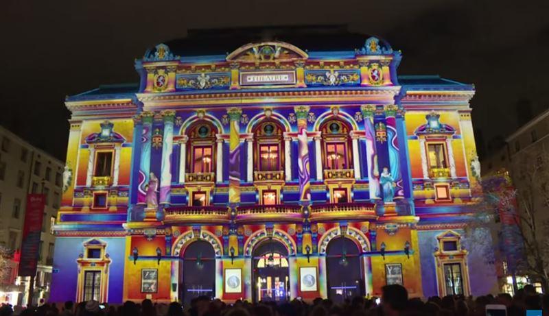 ВИДЕО: неоновые цветы и мозаика украсили собор в Лионе в честь Праздника света