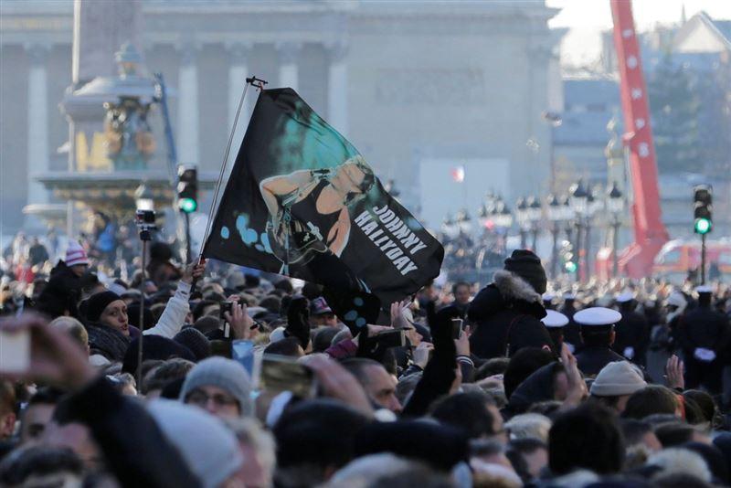 Сотни тысяч французов попрощались с рок-звездой Джонни Холлидеем