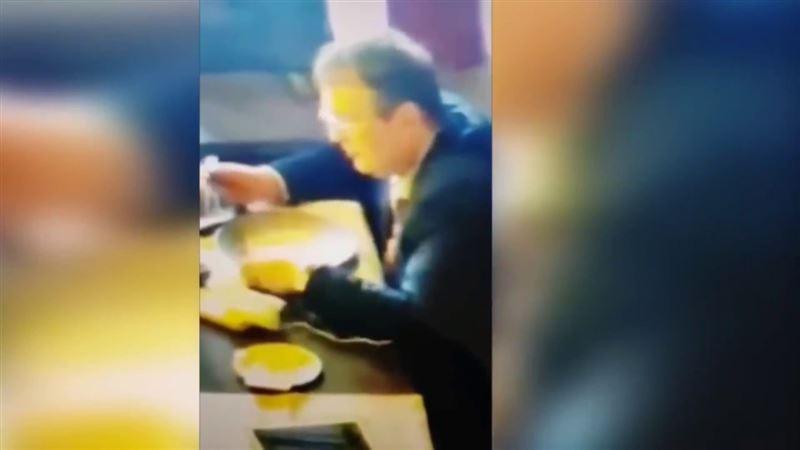 ВИДЕО: Украинский депутат Геращенко после еды облизал тарелку