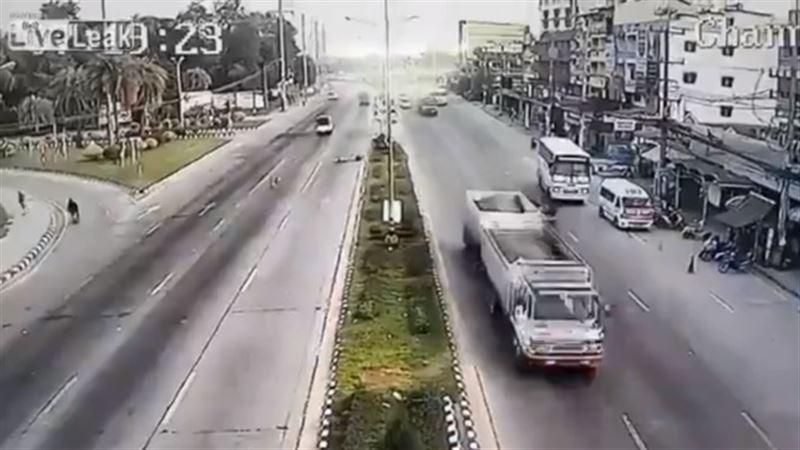 ШОК: Отлетевшая от грузовика покрышка сбила байкера