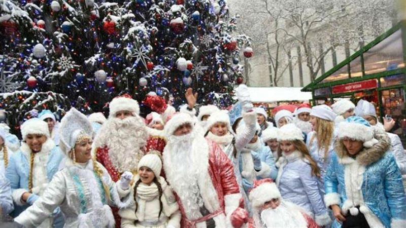 В Нью-Йорке прошло шествие Дедов Морозов и Снегурочек