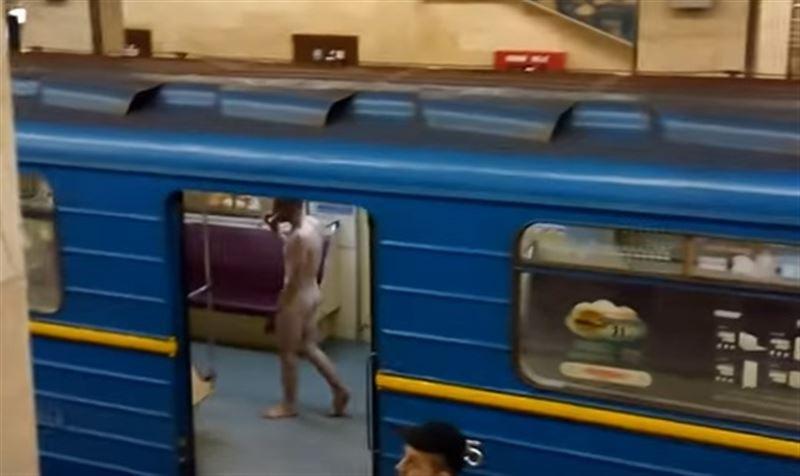 (18+) В киевском метро ловили обнаженного пассажира