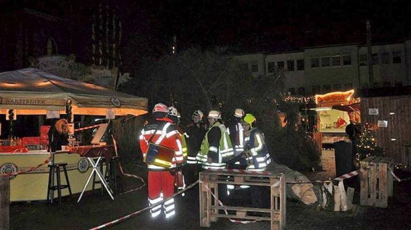 ФОТО: В Германии на посетителей рождественской ярмарки упала 15-метровая елка